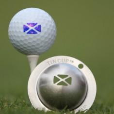 NEU Tin Cup - Flag of Scotland - Dieser Tin Cup ist eine Ball Schablone aus Edelstahl mit dem Design der schottischen Flagge. Mit einem feinen und wasserfesten Stift laesst sich dann das Design auf den Golf Ball malen.