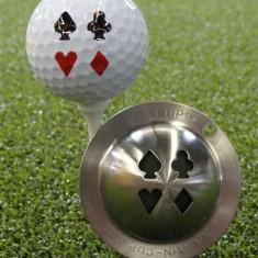 Tin Cup - Vegas Nights - Der Tin Cup ist eine Ball Schablone aus Edelstahl mit dem Design der vier Karten Farben . Mit einem feinen und wasserfesten Stift laesst sich dann das Design auf den Golf Ball malen.