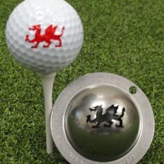 Tin Cup - Magic Dragon - Der Tin Cup ist eine Ball Schablone aus Edelstahl mit dem Design des walisischen Drachen. Mit einem feinen und wasserfesten Stift laesst sich dann das Design auf den Golf Ball malen.