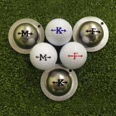 Tin Cup - Alphabet - Dieser Tin Cup ist eine Ball Schablone aus Edelstahl mit dem Design des Alphabets . Von A bis Z haben wir alle Buchstaben. Der Buchstabe ist mit zwei Pfeilen eingerahmt. Mit einem feinen und wasserfesten Stift laesst sich dann das Design auf den Golf Ball malen.