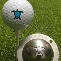 Tin Cup - Honu Turtle - Der Tin Cup ist eine Ball Schablone aus Edelstahl mit dem Design einer Schildkroete. Mit einem feinen und wasserfesten Stift laesst sich dann das Design auf den Golf Ball malen.