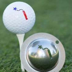 Tin Cup - Dynamit Restbestand danach nicht mehr verfuegbar - Der Tin Cup ist eine Ball Schablone aus Edelstahl mit dem Design einer Dynamitstange. Mit einem feinen und wasserfesten Stift laesst sich dann das Design auf den Golf Ball malen.