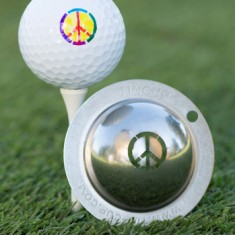 Tin Cup - Peace Restbestand danach nicht mehr verfuegbar - Dieser Tin Cup ist eine Ball Schablone aus Edelstahl mit dem Design des Peace-Zeichen. Mit einem feinen und wasserfesten Stift laesst sich dann das Design auf den Golf Ball malen.