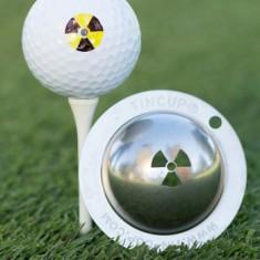 Tin Cup - Radioactive - Dieser Tin Cup ist eine Ball Schablone aus Edelstahl mit dem Design des Logos fuer radioaktive Strahlung. Mit einem feinen und wasserfesten Stift laesst sich dann das Design auf den Golf Ball malen.