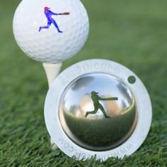 Tin Cup - Grand Slam - Der Tin Cup ist eine Ball Schablone aus Edelstahl mit dem Design eines Baseball Spielers. Mit einem feinen und wasserfesten Stift laesst sich dann das Design auf den Golf Ball malen.