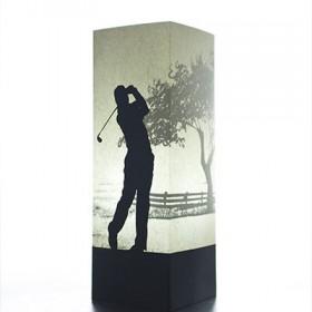 Golfer Lampe - Die Golfer Lampe von W-Lamp ist eine aus Papier gefertigte Lampe. Bis auf das Kabel und das Leuchtmittel besteht die Lampe aus Papier. Durch eine besondere Bedruckung erscheint der Golfer bei Licht im Schatten eines Baumes.