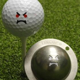 Tin Cup - Unleash the Fury - Der Tin Cup ist eine Ball Schablone aus Edelstahl mit dem Design einer Grimasse. Mit einem feinen und wasserfesten Stift laesst sich dann das Design auf den Golf Ball malen