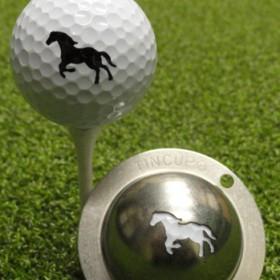 Tin Cup - Giddy Up - Der Tin Cup ist eine Ball Schablone aus Edelstahl mit dem Design eines Pferdes. Mit einem feinen und wasserfesten Stift laesst sich dann das Design auf den Golf Ball malen.