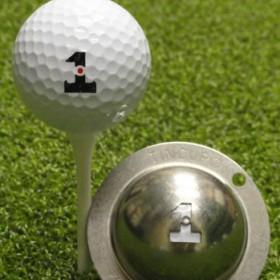 Tin Cup - Hole in One - Der Tin Cup ist eine Ball Schablone aus Edelstahl mit dem Design der Ziffer Eins . Mit einem feinen und wasserfesten Stift laesst sich dann das Design auf den Golf Ball malen.