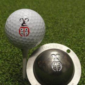 Tin Cup - Lady Luck - Der Tin Cup ist eine Ball Schablone aus Edelstahl mit dem Design eines Maikaefers. Mit einem feinen und wasserfesten Stift laesst sich dann das Design auf den Golf Ball malen.