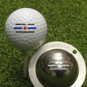 Tin Cup - Route 66 - Dieser Tin Cup ist eine Ball Schablone aus Edelstahl mit dem Design von drei Strichen und einem Punkt. Das Design hilft beim ausrichten des Balles auf dem Gruen. Mit einem feinen und wasserfesten Stift laesst sich dann das Design auf den Golf Ball malen.