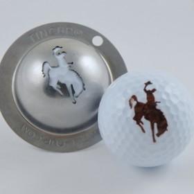 Tin Cup - Wyoming - Der Tin Cup ist eine Ball Schablone aus Edelstahl mit dem Design eines Reiters auf einem Rodeo Pferd. Mit einem feinen und wasserfesten Stift laesst sich dann das Design auf den Golf Ball malen.