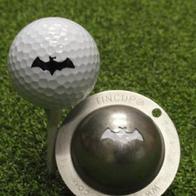 Tin Cup - Vampire - Der Tin Cup ist eine Ball Schablone aus Edelstahl mit dem Design einer Fledermaus. Mit einem feinen und wasserfesten Stift laesst sich dann das Design auf den Golf Ball malen.