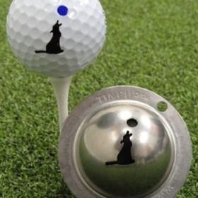 Tin Cup - Howl at the Moon - Der Tin Cup ist eine Ball Schablone aus Edelstahl mit dem Design eines heulenden Wolfes inkl. dem Mond. Mit einem feinen und wasserfesten Stift laesst sich dann das Design auf den Golf Ball malen.