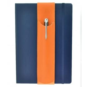 Der Aljava fuer DinA5 Notizbuecher oder Tablets aus Rindspaltleder in der Farbe Orange - Mit dem Aljava A5 Stiftehalter Deine Stifte immer Griffbereit auch an wechselten Notizbuechern. Der Stifthalter ALJAVA ist ein stilvolles Zubehoer fuer DinA5 Notizbuecher dass sich schnell und einfach verwenden laesst.