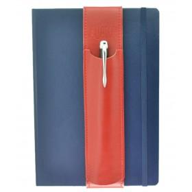 Der Aljava fuer DinA5 Notizbuecher oder Tables aus Rindspaltleder in der Farbe Rot - Deine Stifte immer Griffbereit auch an wechselten DinA5 Notizbuechern. Der Stifthalter ALJAVA ist ein stilvolles Zubehoer fuer DinA5 Notizbuecher dass sich schnell und einfach verwenden laesst.