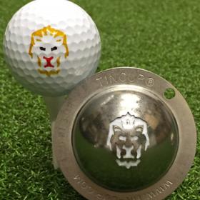 NEU Tin Cup - Big Cat - Dieser Tin Cup ist eine Ball Schablone aus Edelstahl mit dem Design eines Loewen. Mit einem feinen und wasserfesten Stift laesst sich dann das Design auf den Golf Ball malen.