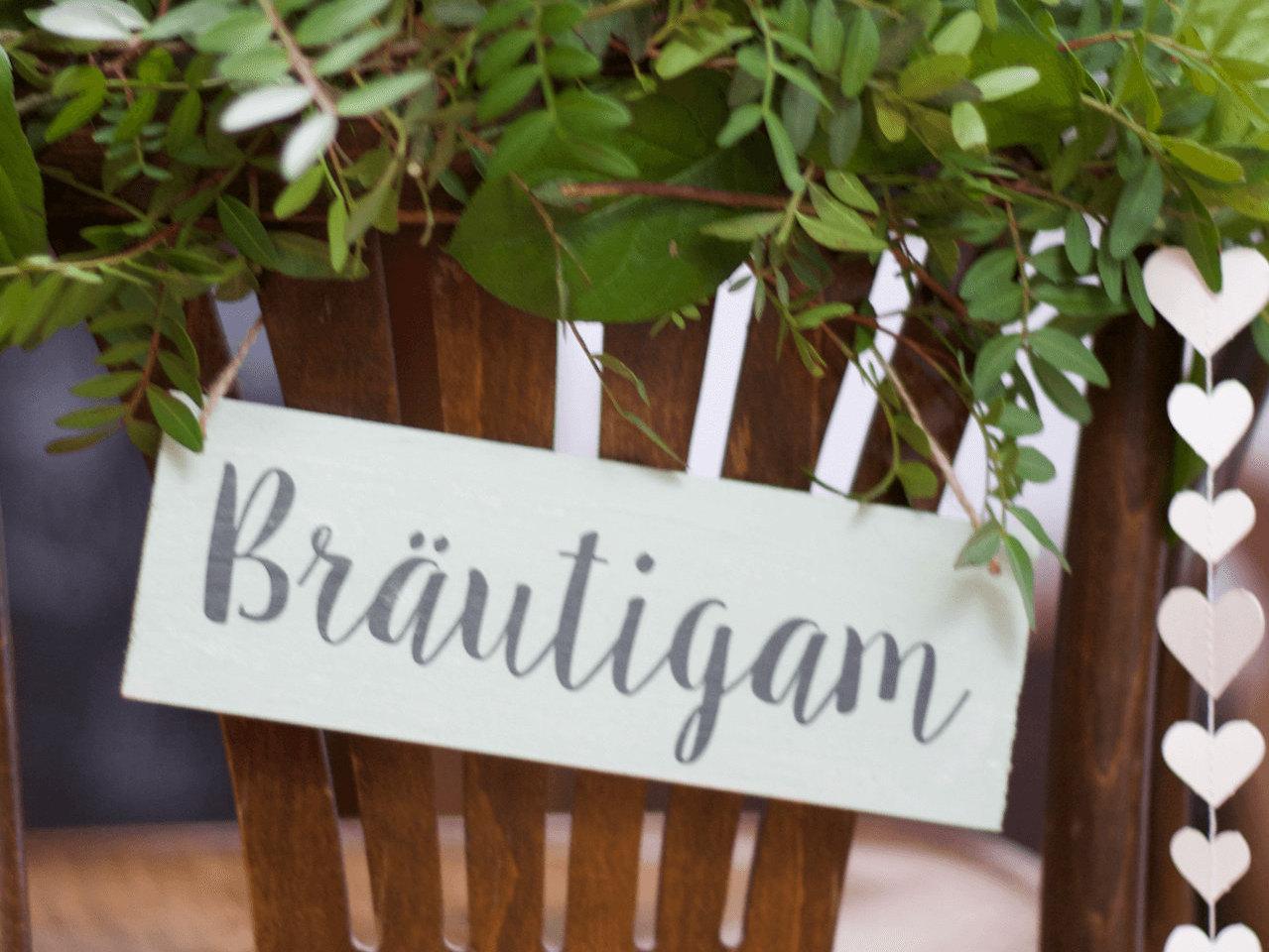 Stuhldeko aus Holz für die Brautpaar-Stühle