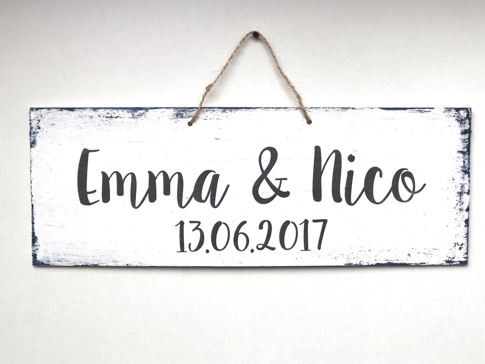 individualisiertes Holzschild mit Namen und Datum