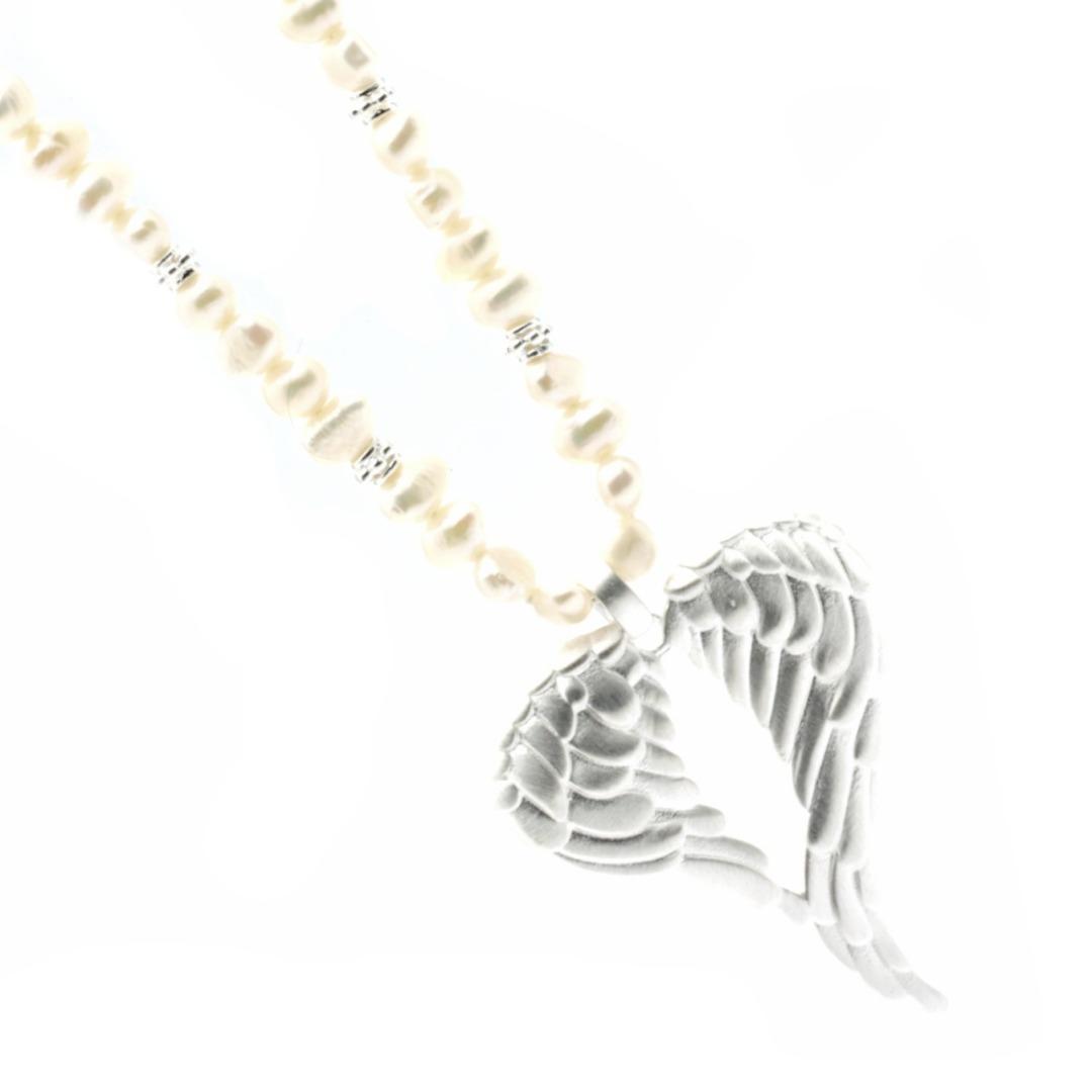Lange Perlen-Kette mit einem Engelsflügel aus