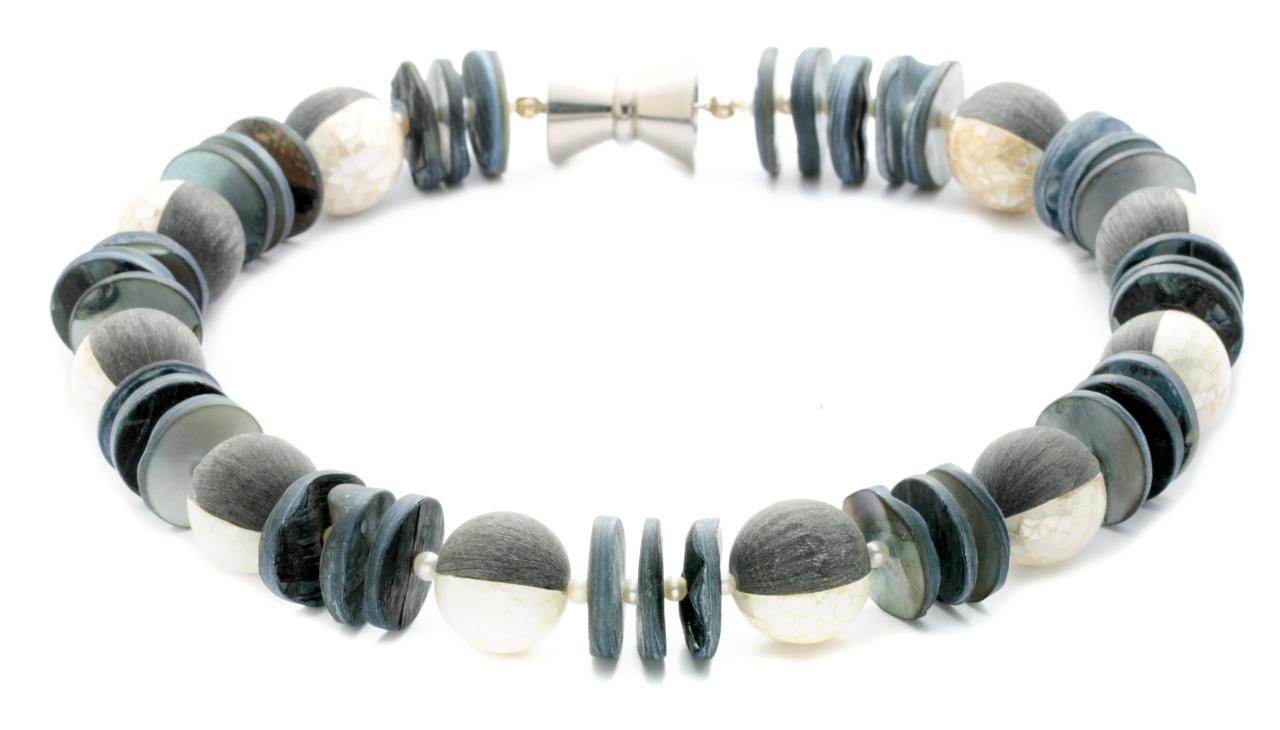 Collier aus Muschelscheiben und Perlmuttperlen grau
