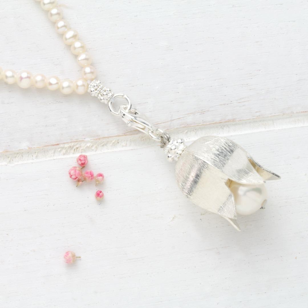Lange Kette mit aus echten Perlen
