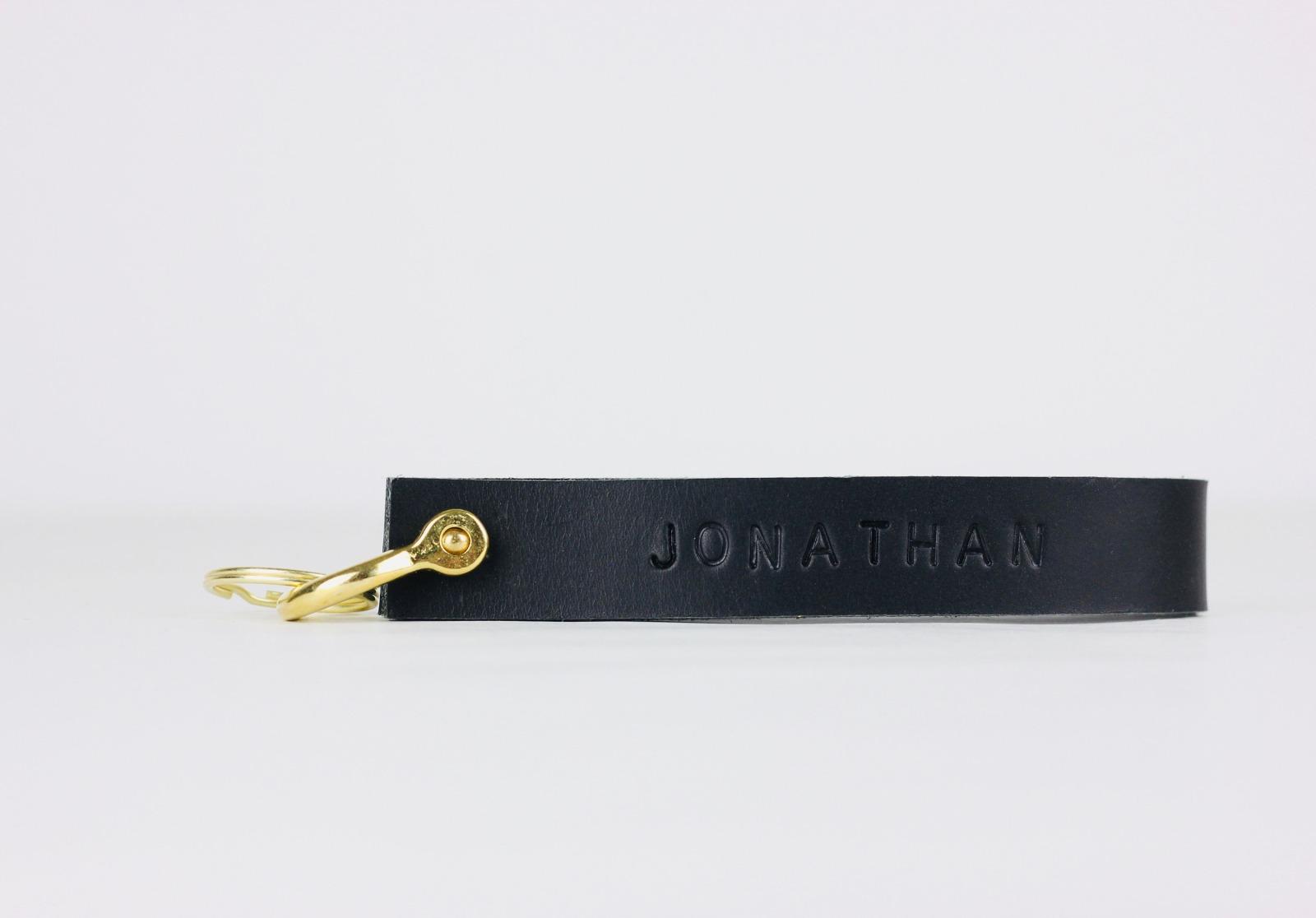KI: Personalisierterer Schlüsselanhänger in Schwarz