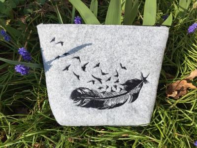 Filztäschchen mit Feder Stickerei 23 x