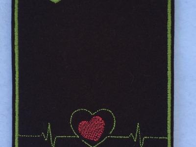 Impfpasshülle bestickt aus Wollfilz mit Herzlinie