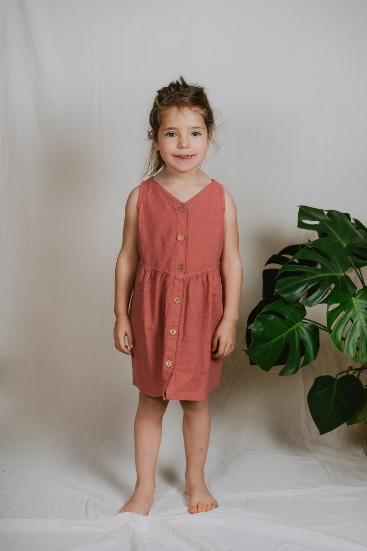 Alicante Dress/ Ärmelloses Kleid mit Knopfleiste