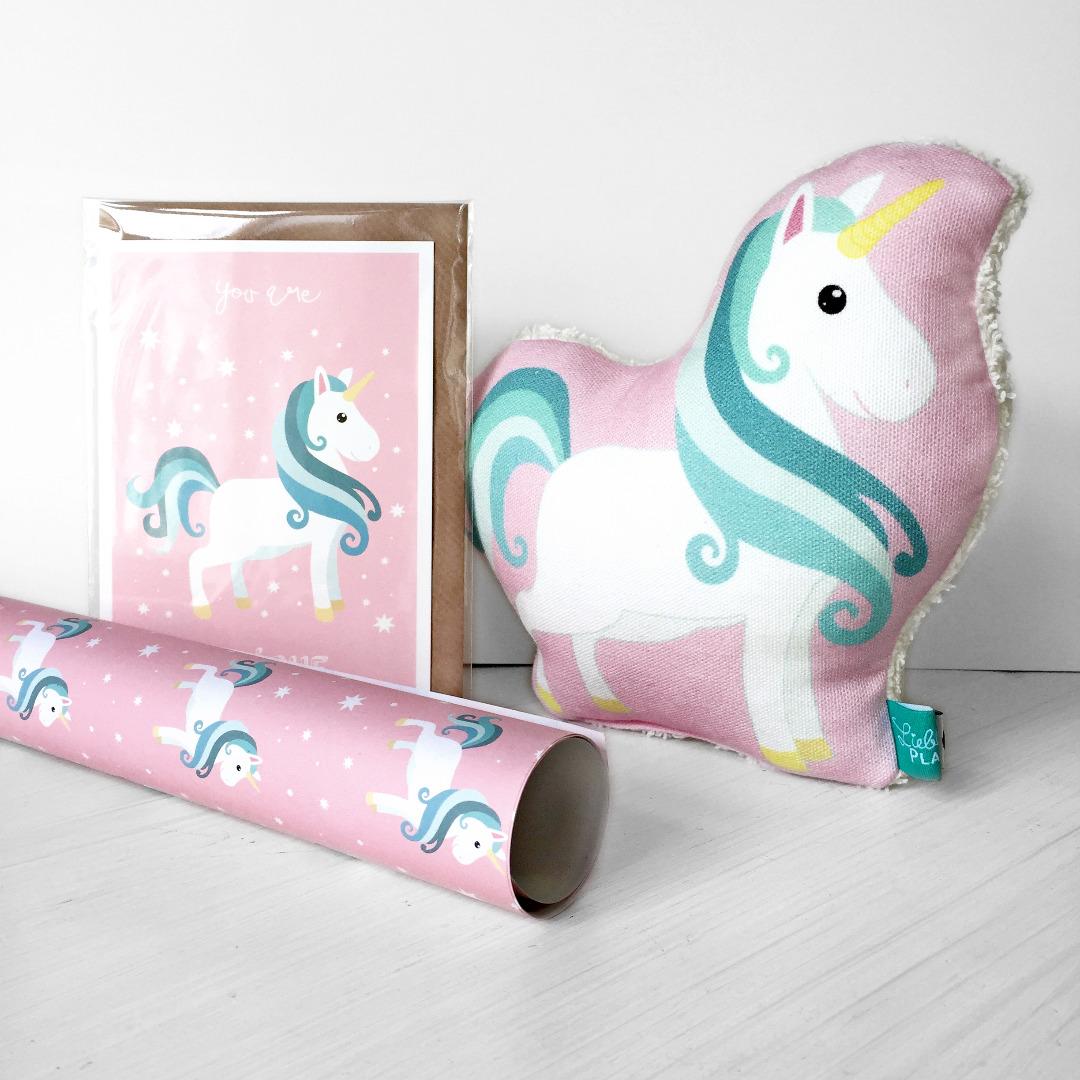 Geschenkt-Set Einhorn 1 Rassel 1 Klappkarte 1 Geschenkpapier