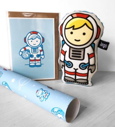 Geschenk-Set Astronaut 1 Rassel 1 Klappkarte 1 Geschenkpapier - im Set guenstiger Spare 2 90