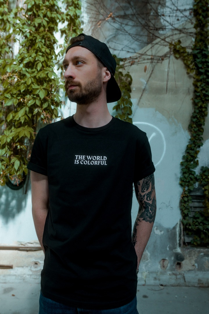 T-SHIRT - THE WORLD IS COLOURFUL