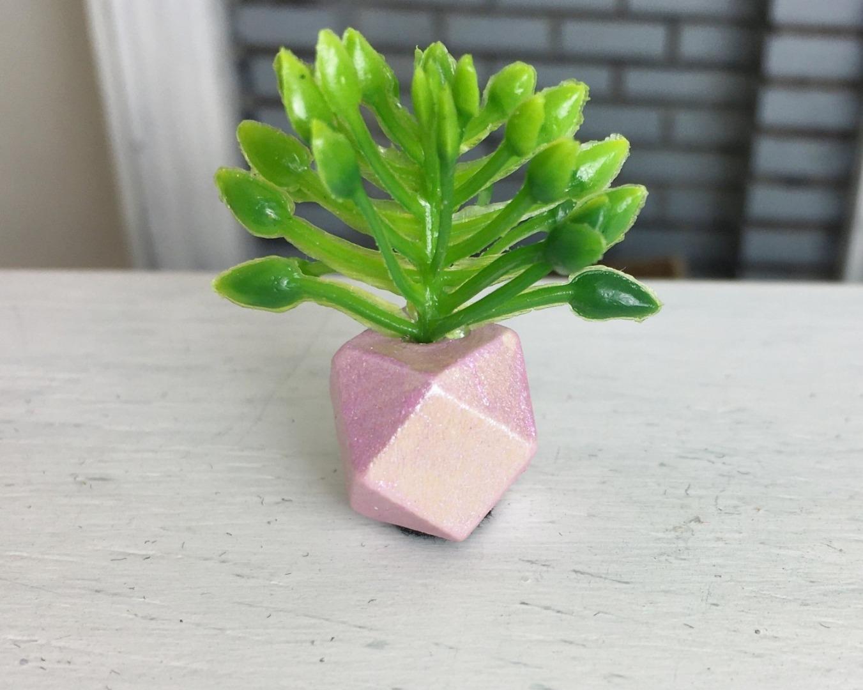 Grünpflanze in geometrischer Vase 2