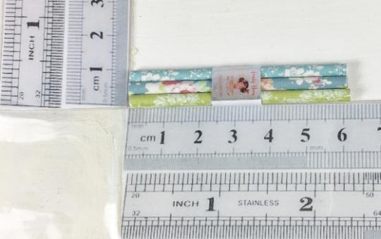 Geschenkpapierpackung in Miniatur für das Puppenhaus