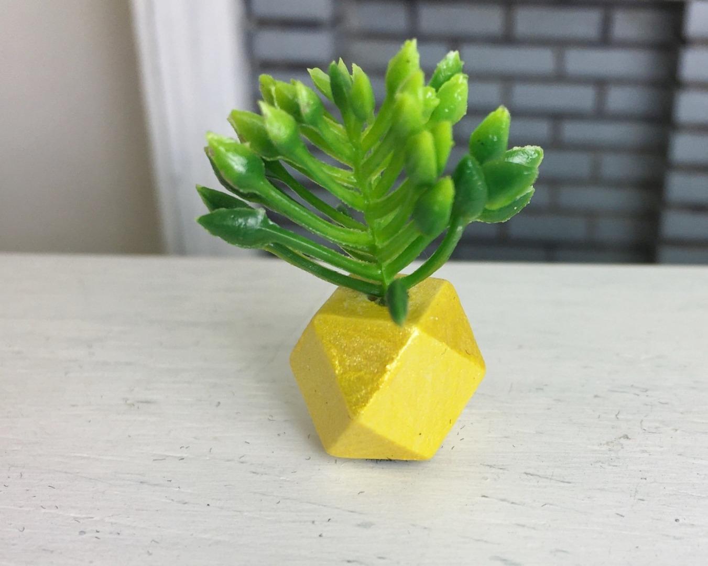Grünpflanze in geometrischer Vase 4