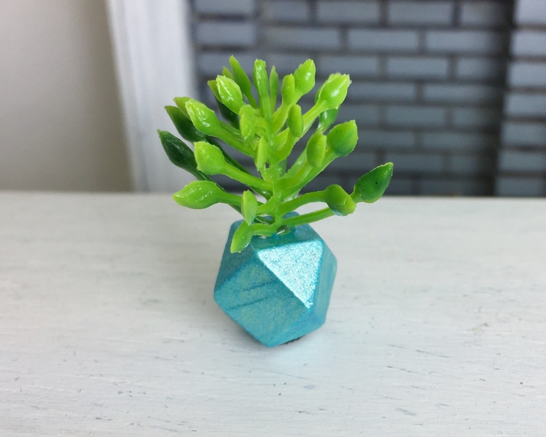 Grünpflanze in geometrischer Vase 5