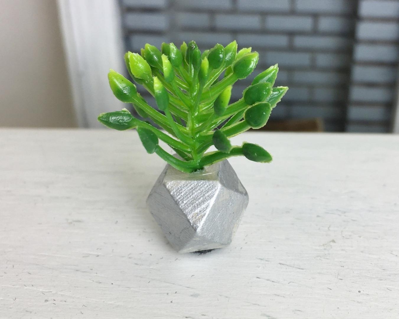 Grünpflanze in geometrischer Vase 7