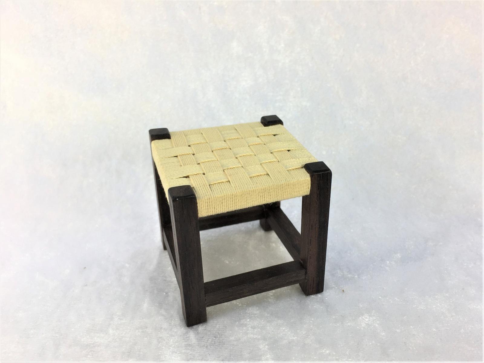 Hocker mit gewebter Sitzfläche in hellgelb