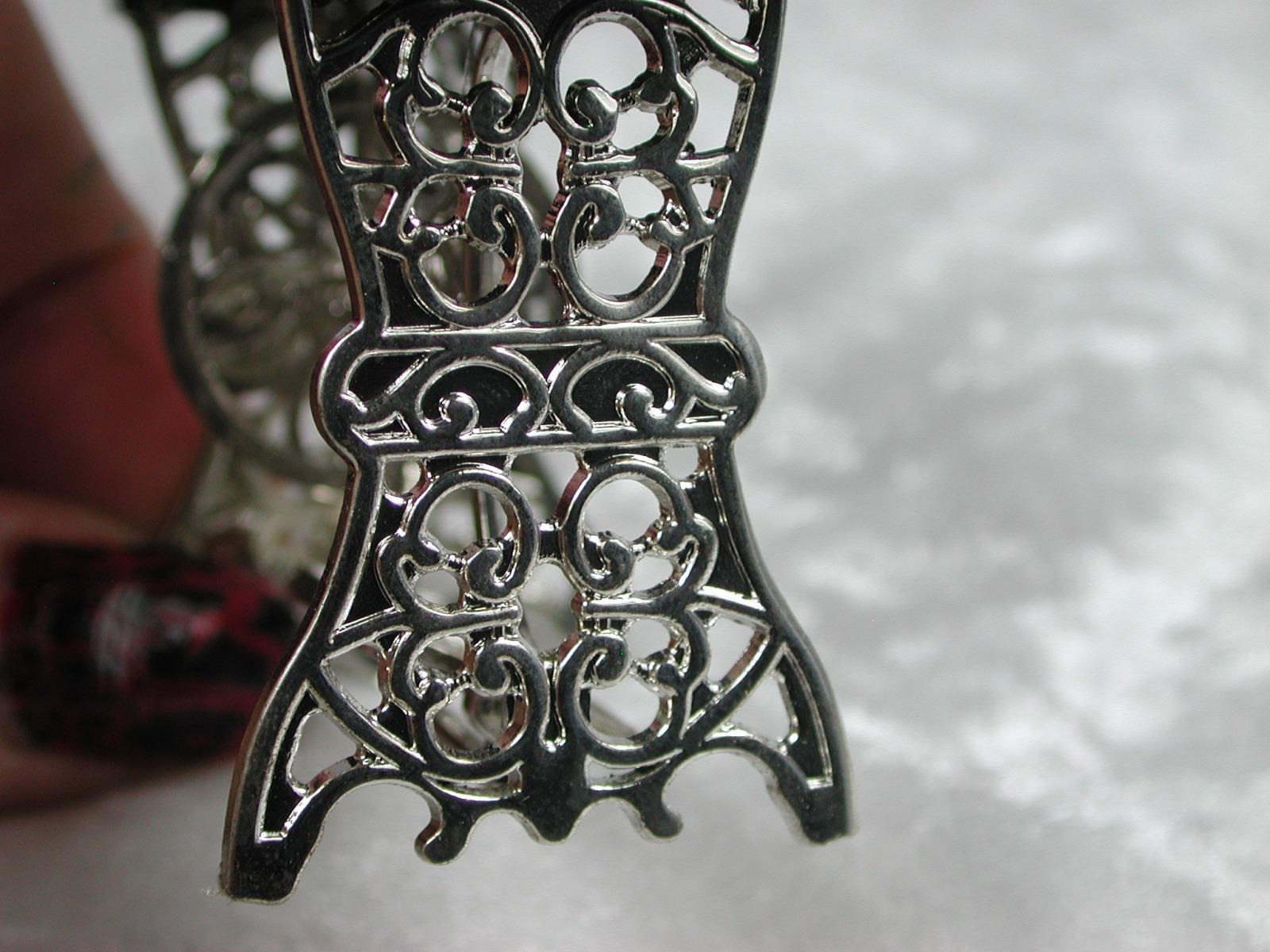 Nähmaschine silberfarbenes Metall schwarzer Tisch für