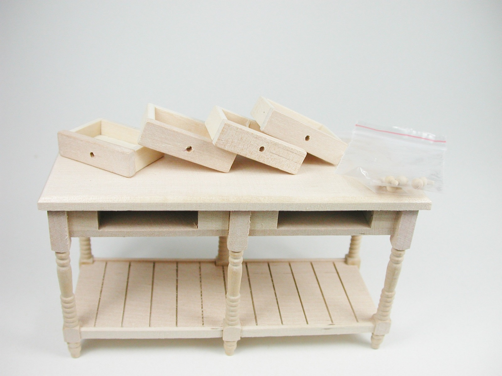 Rustikaler Küchentisch mit vier Schubladen mit