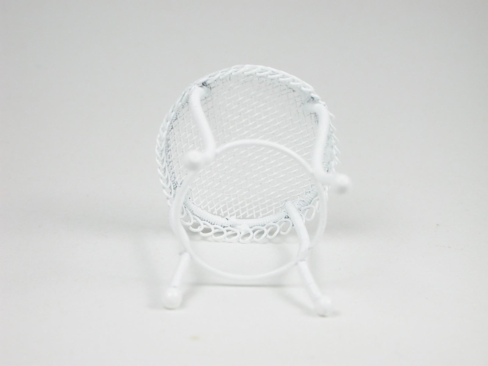 Kleiner runder Tisch aus weißem Metall
