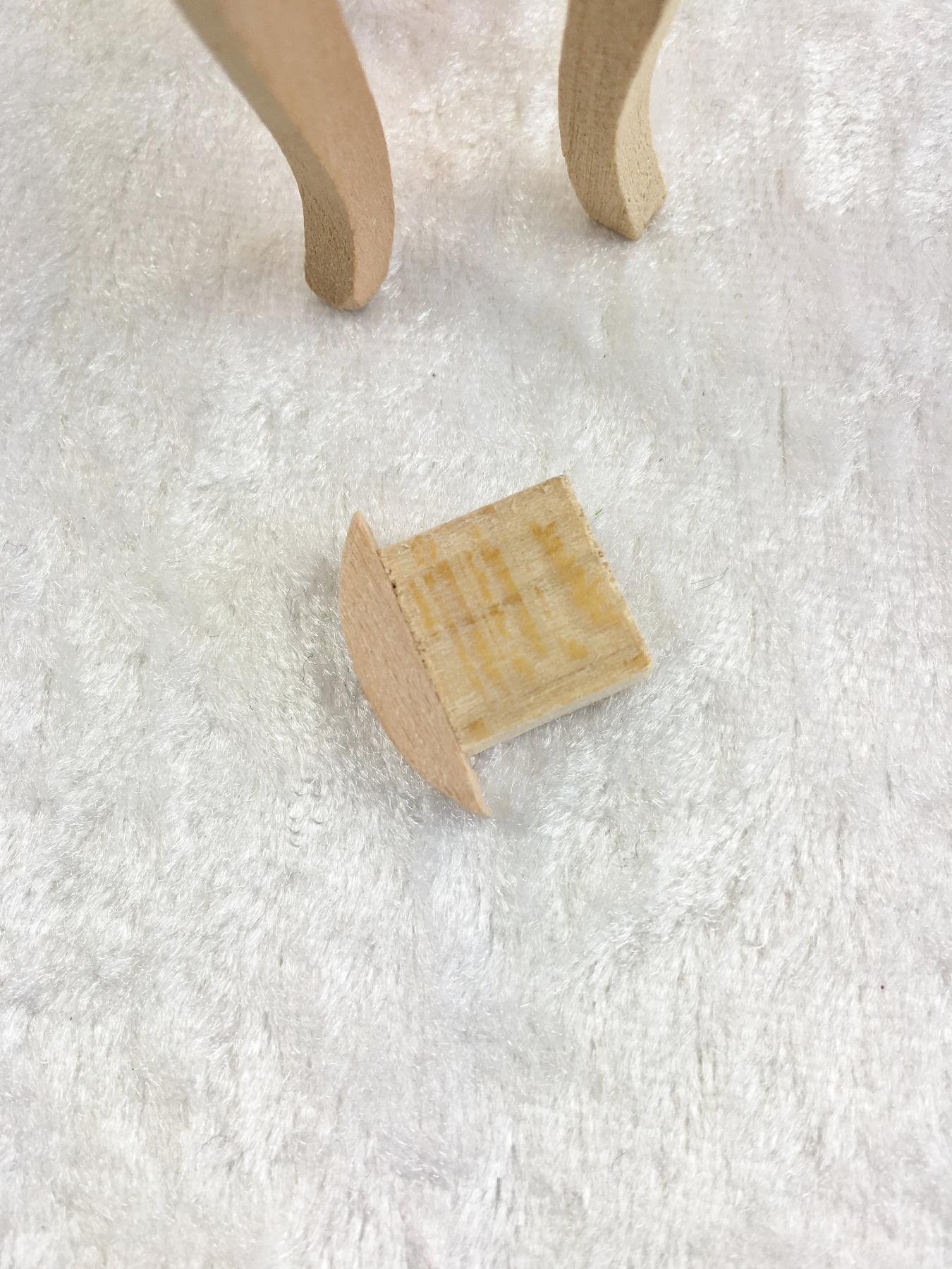 Kleiner runder Beistelltisch mit zwei Schubladen