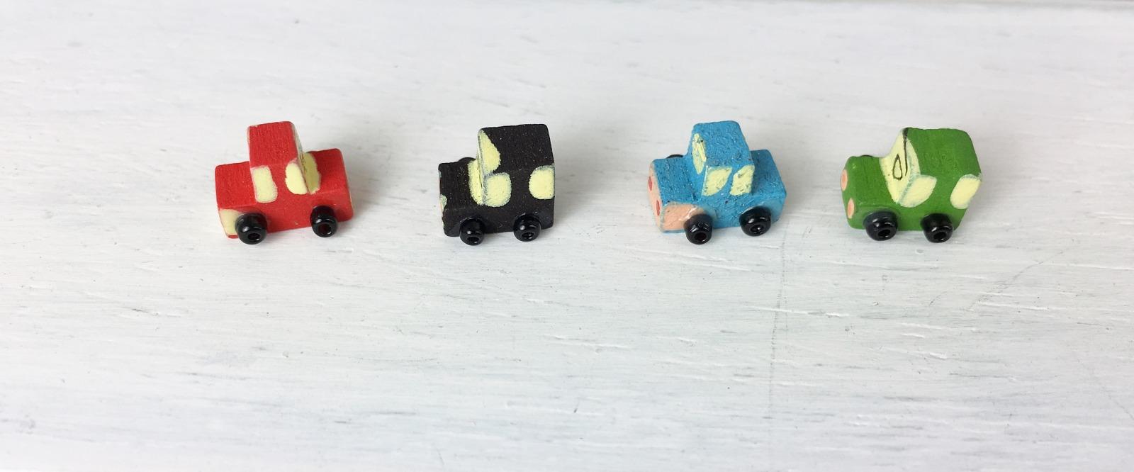 Kleines Spielzeugauto aus Holz für die