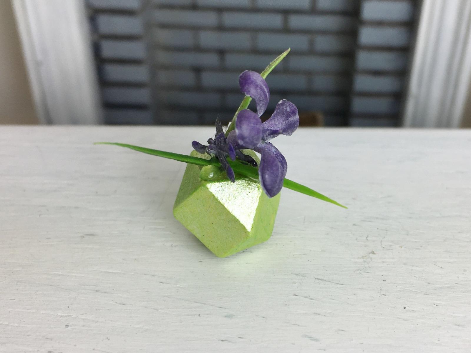 Violette Pflanze in geometrischer Vase Miniatur