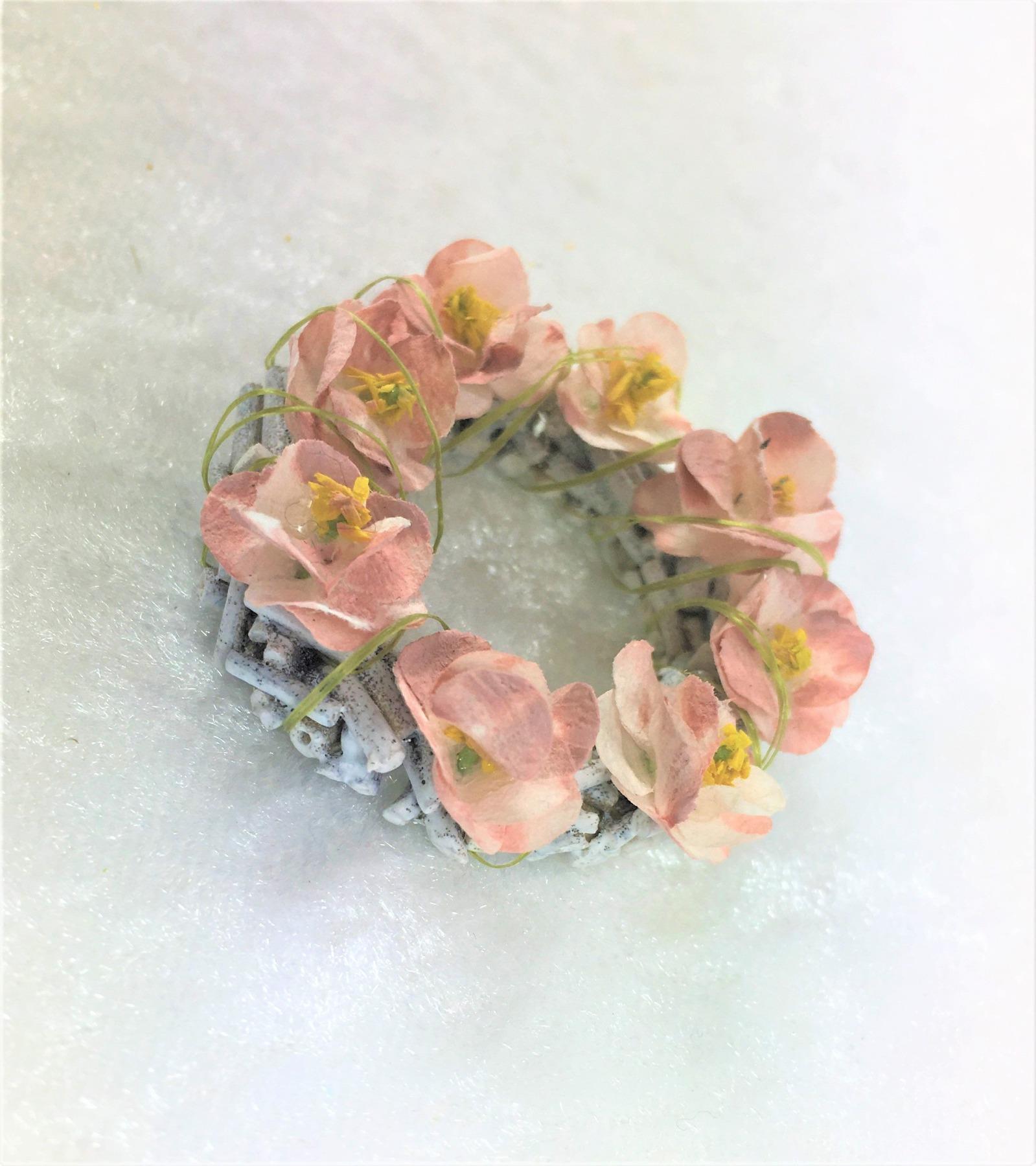 Kranz aus Holz mit Wildrosenblüten zur