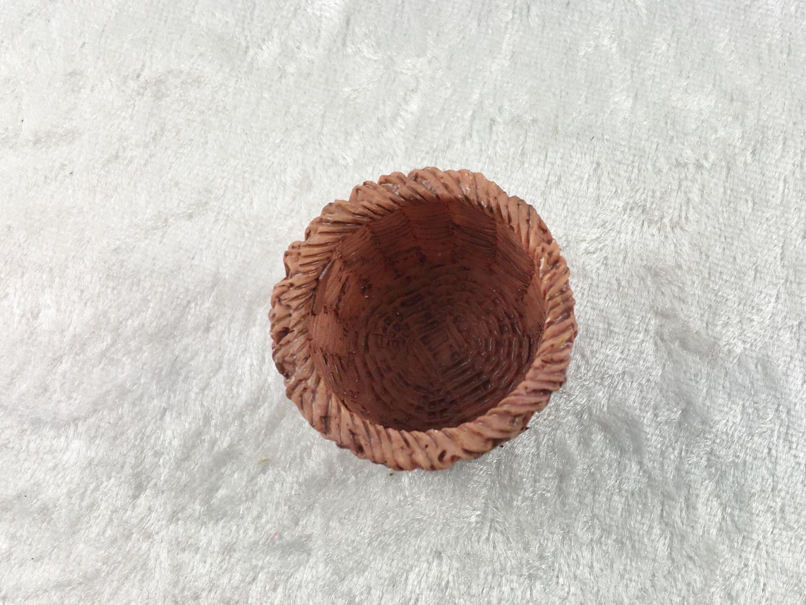 Brauner runder oder rechteckiger Korb aus