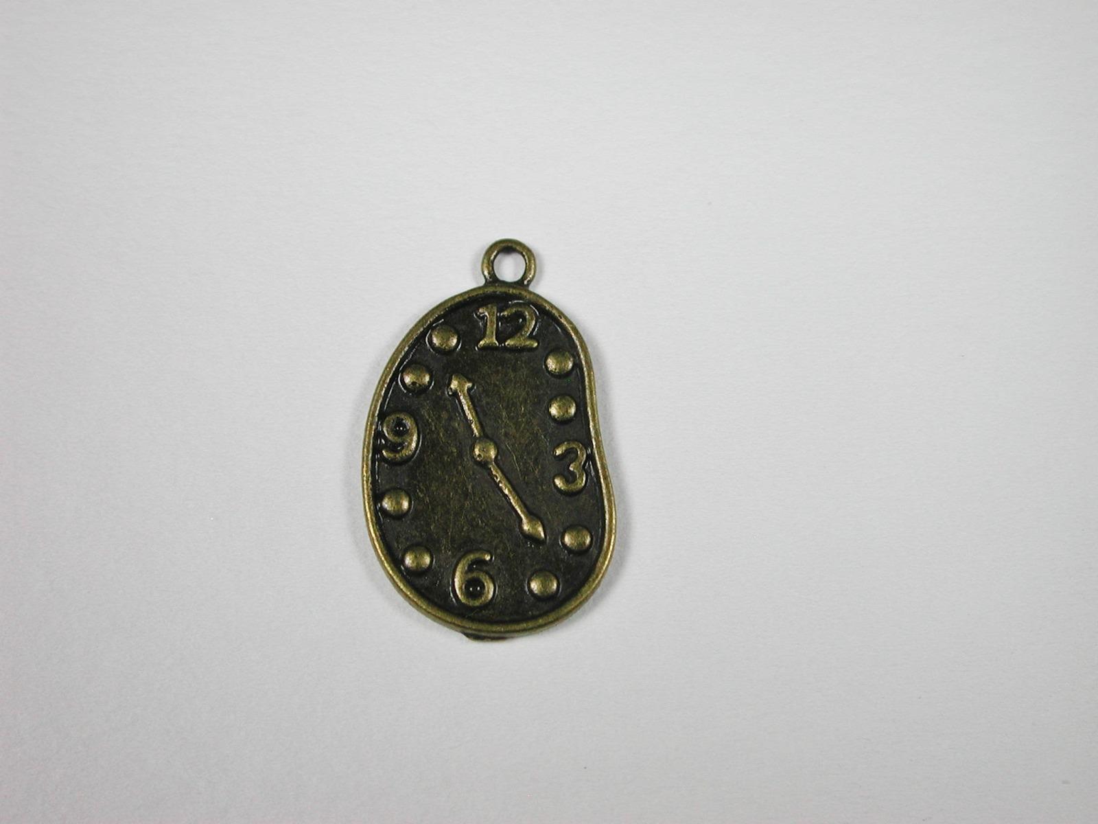 Uhr aus Metall Antikfarben für die