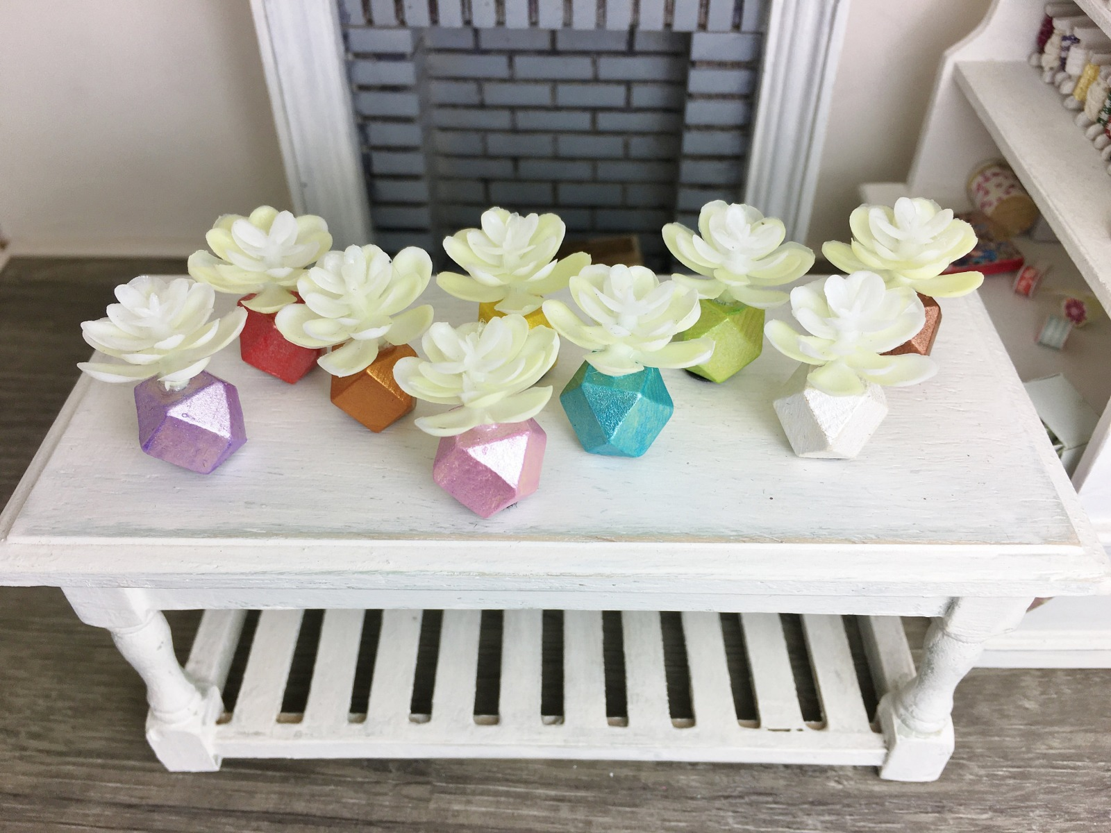 Weiße Pflanze in geometrischer Vase Miniatur