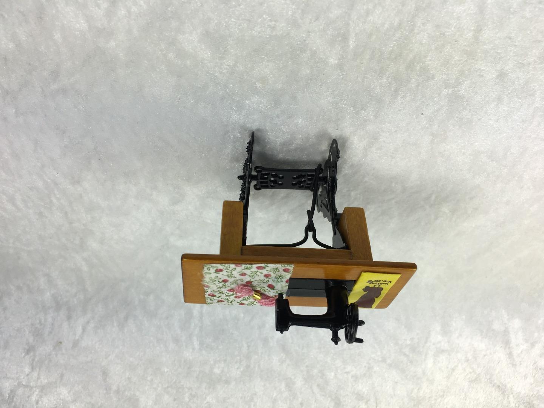 Nähmaschine mit Tisch für die Puppenstube